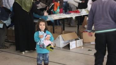 Schweizer Winterkleider und Decken erreichen kriegsleidende Familien in Syrien